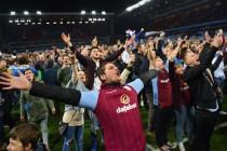 Fans Aston Villa banjiri lapangan setelah pertandingan FA Cup